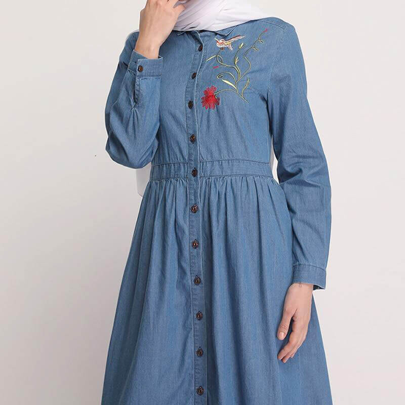 detail robe longue en jean brodée muslim mine