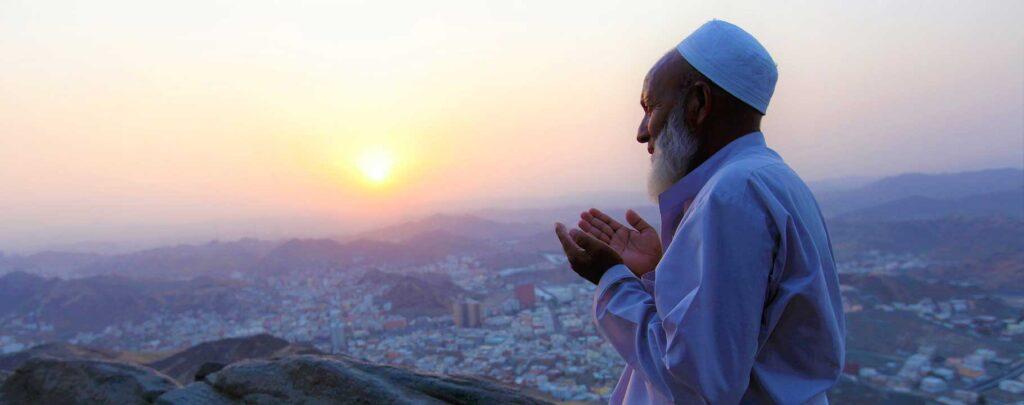 homme priant sur une colline muslim mine