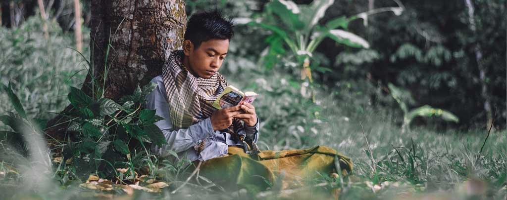 jeune lisant le coran pendant le ramadan muslim mine